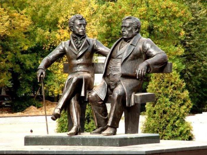 Памятник И. Крылову и А. Пушкину | Фото: 24smi.org